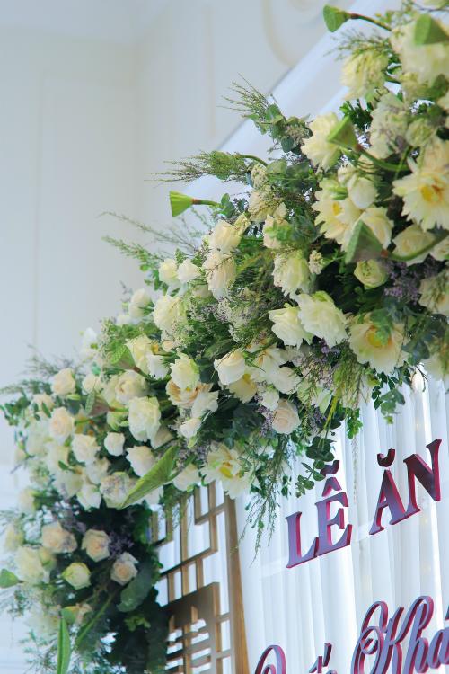 Cổng hoa của lễ ăn hỏi được kết từ sen và hồng trắng.