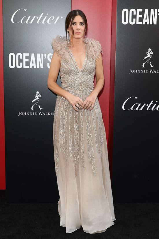 Sandra Bullock tái xuất màn ảnh với vai bà trùm Debbie Ocean - người vừa mãn hạn tù đã chiêu mộ 8 người đẹp khác thành băng cướp thế kỷ.