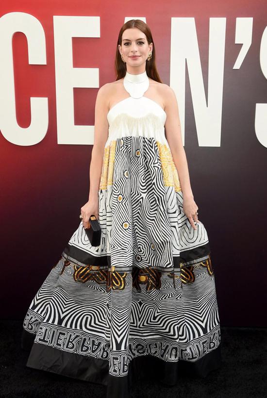 Anne Hathaway diện bộ đầm bồng bềnh của nhà mốt Jean Paul Gaultier Couture tới buổi công chiếu phim ngày 5/6 tại New York. Nữ diễn viên Nhật ký công chúa là một trong những ngôi sao của bộ phim mới này.