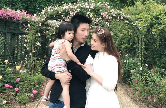 Diễm Trang hạnh phúc bên ông xã Việt kiều Ba Lan và con gái Julia. Gia đình cô tới vườn hồng Lhay lé Roses ở ngoại ô nước Pháp để ngắm cảnh thiên nhiên mùa hè đầy sức sống. Vườn hồng này được xây dựng từ năm 1899 và là vườn hồng đầu tiên trên thế giới.