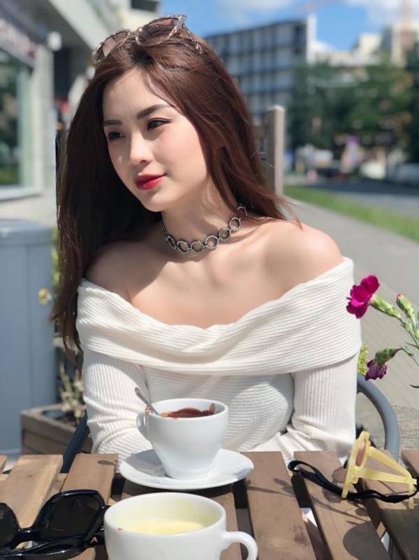 Diễm Trangthảnh thơi thưởng thức ly cà phê nóng ở Pháp.