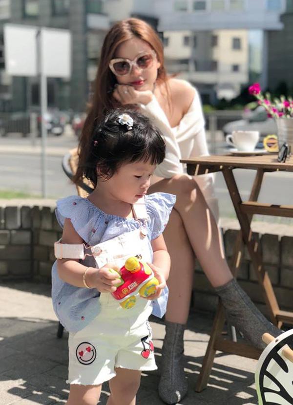 Công chúa nhỏ của Á hậu hơn 1 tuổi, có nhiều nét giống bố.