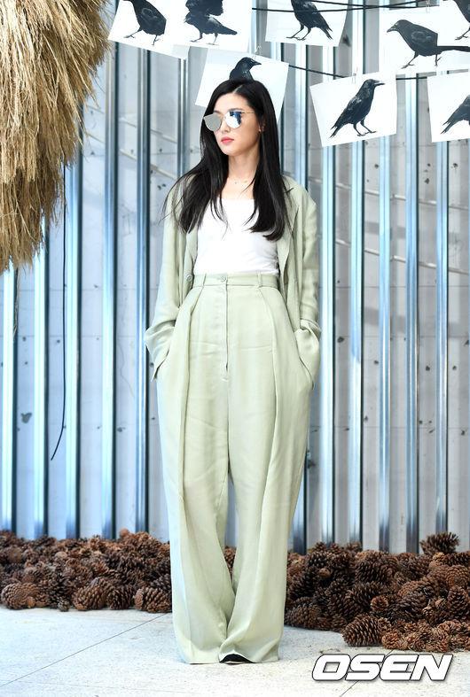 Mợ chảnh Jeon Ji Hyun gầy mảnh mai sau 5 tháng sinh con - 3