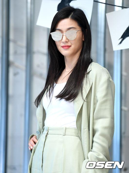 Sau Huyền thoại biển xanh, Jeon Ji Hyun vẫn chưa có kế hoạch tái xuất màn ảnh.
