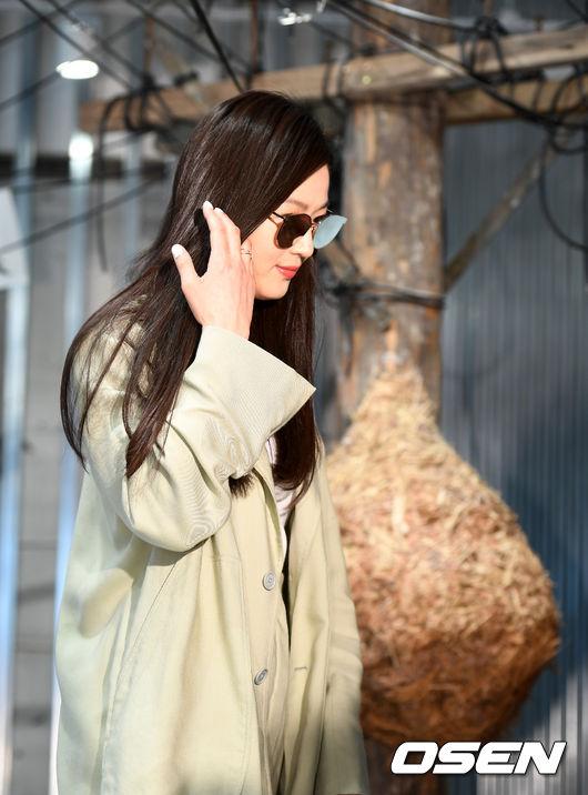Vài ngày trước đó, cánh paparazzi còn bắt gặp Jeon Ji Hyun đi mua quần áo cho các con trai tại Hyundai Department Store, tháp tùng cô là ông xã.