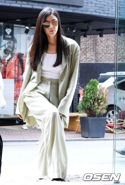 Bộ vest oversize càng khiến Jeon Ji Hyun trở nên mảnh mai.
