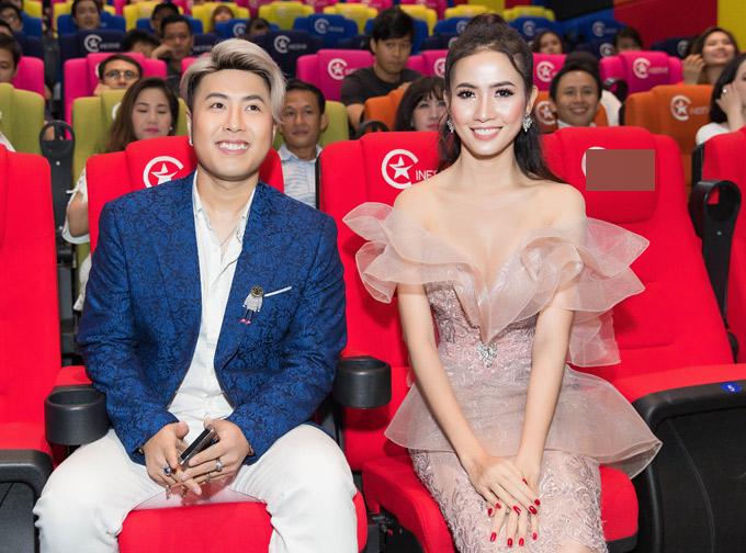 So với khi quay phim cùng Phan Thị Mơ, Akira Phan trông gọn gàng hơn hẳn. Anh tiết lộ thời gian qua đã nỗ lực giảm cân để chuẩn bị cho các dự án âm nhạc mới. Chàng ca sĩ từng giành quán quân cuộc thi Cặp đôi hài hước 2018.