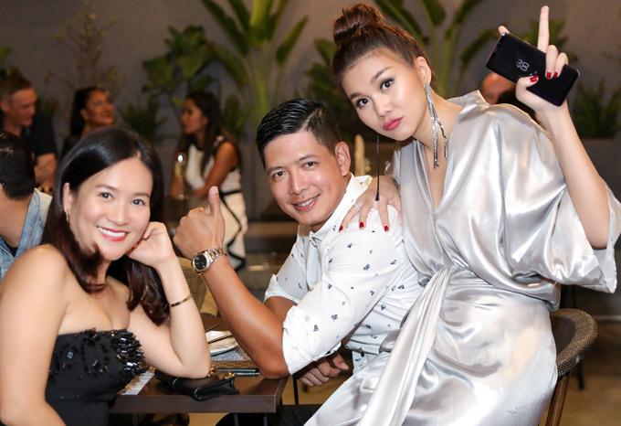 Bình Minh và Thanh Hằng từng có nhiều năm gắn bó trên sàn diễn. Dù giải nghệ chuyển sang đóng phim, làm MC nhưng Bình Minh vẫn giữ mối quan hệ thân thiết với cô bạn sinh năm 1982.