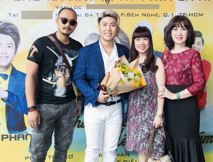 Mẹ ruột (ngoài cùng bên phải) và nhiều người thân, bạn bè tới ủng hộ phim ca nhạc của Akira Phan.