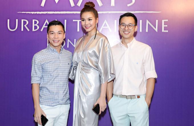 Nhà thiết kế Adrian Anh Tuấn và bạn đời Sơn Đoàn sánh đôi tới buổi khai trương quán của Thanh Hằng.