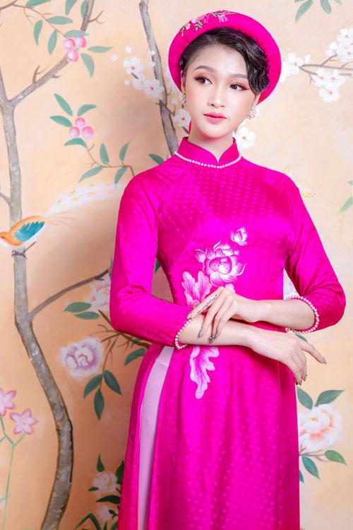Thiết kế sử dụng vải lụa in chấm bi hơi hướng retro và đính kết ngọc trai ở tay áo, cổ áo. Vì thế, mẫu áo dài truyền thống này lại phảng phất phong cách thời trang phương Tây cổ điển.