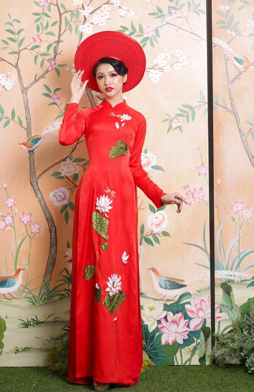 Một cách kết hợp vừa quen vừa lạ của áo dài lụa đỏ với khăn mấn to bản cùng màu.