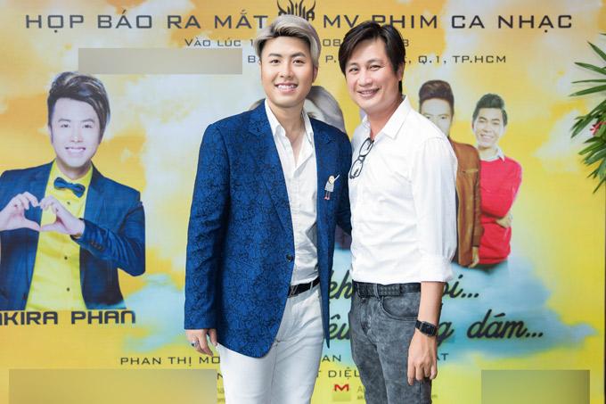 MC Quốc Quân giúp Akira Phan cầm trịch sự kiện ở TP HCM. Nam ca sĩ hy vọng phim ca nhạc nói về mối tình tay ba ngang trái của anh sẽ được khán giả đón nhận.