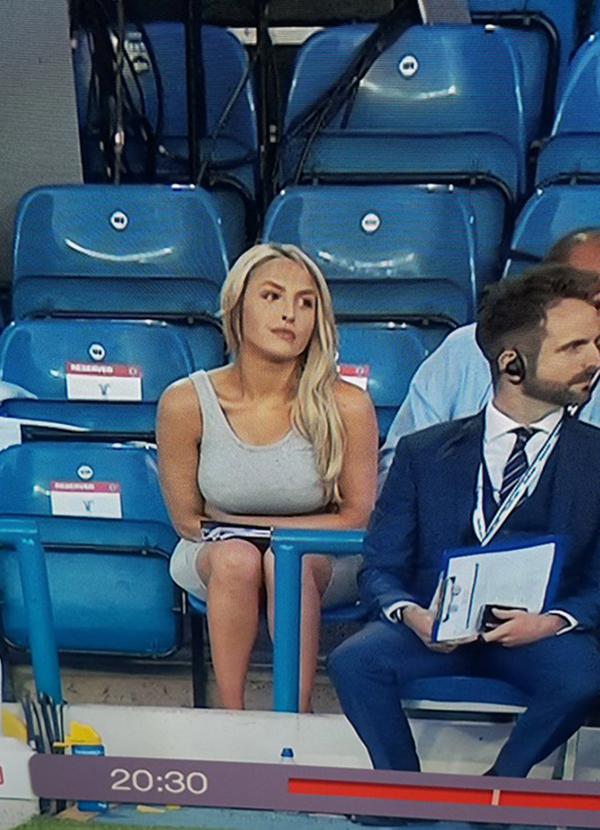 Hôm 6/6, khi theo dõi trận giao hữu giữa tuyển Anh và Costa Rica trên truyền hình, nhiều khán giả không rời mắt khỏi một người đẹp ngồi phía sau hàng ghế của HLV Southgate. Chỉ xuất hiện vài giây nhưng người đẹp này để lại ấn tượng lớn khiến các fan xôn xao bàn tán và đua nhau tìm kiếm thông tin về cô sau khi trận đấu kết thúc. Câu trả lời nhanh chóng được đưa ra. Cô làEmma Louise Jones - MC của kênh truyền hình nội bộCLB Leeds United (LUTV).