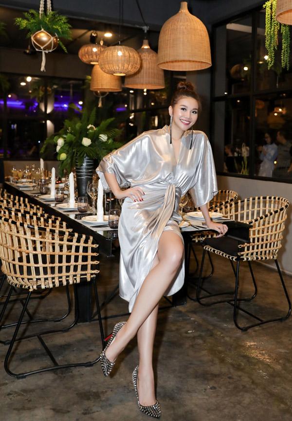 Cô khoe đôi chân thon, dài 1,12 m khi diện váy màu bạc xẻ vạt.