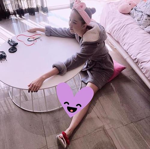 Ngọc Trinh ngồi bệt xuống sàn, bày tỏ sự mệt mỏi: Bé đuối rồi.