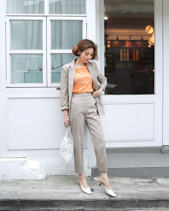Thay vì sơ mi trắng, cách diện áo thun màu nổi bật sẽ khiến phái đẹp trẻ trung hơn khi diện suit.