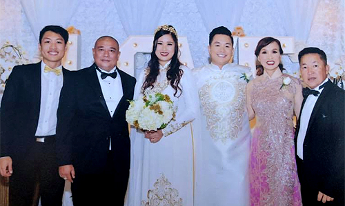 Từ trái qua: con trai Hồng Vân - Trê Phi, ông xã Lê Tuấn Anh, con gái Xí Ngầu, con rể và ông bà thông gia của chị.