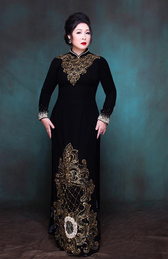 NSND Hồng Vân đã chọn sẵn một số bộ áo dài của nhà thiết kế Minh Châu để diện trong đám cưới con gái ở Mỹ, nhưng cuối cùng lại không có cơ hội mặc.
