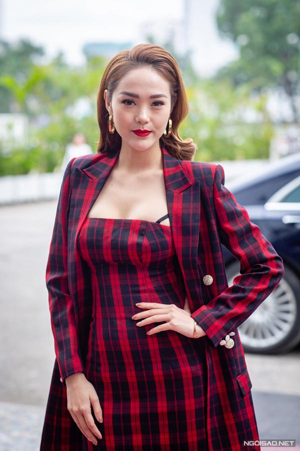 Chiếc quai áo lộ ra và phần ngực váy lõm vào chính là nguyên nhân phá hỏng diện mạo của Minh Hằng.