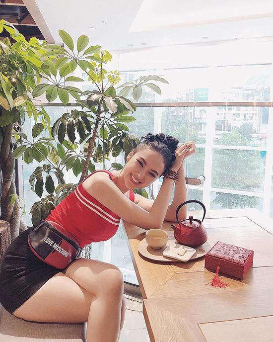 Angela Phương Trinh tôn 3 vòng gợi cảm với các thiết kế bó sát gồm áo thun hai dây, chân váy siêu ngắn. Túi belt bag tông đỏ đen được người đẹp chọn lựa để tạo nên điểm nhấn đồng điệu.