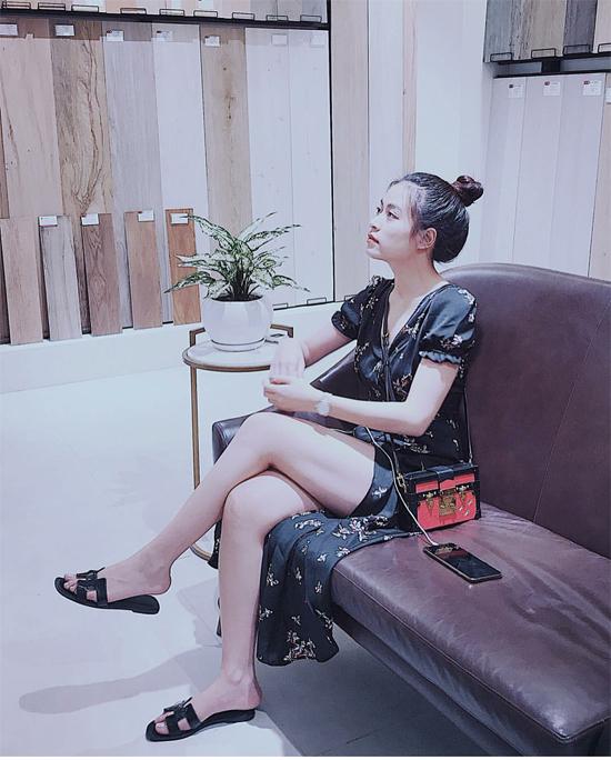 Váy xẻ cao khoe chân thon sexy được ca sĩ mix cùng dép quai da của Hermes và túi vuông xinh xắn hiệu Louis Vuitton.