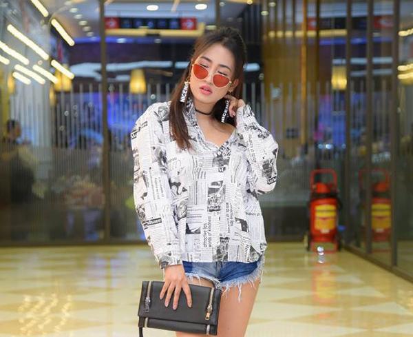 Tương tự Hà Kiều Anh, DJ Trang Moon trở nên lực lưỡng hơn hẳn trong chiếc áo sơ mi lồng phồng.