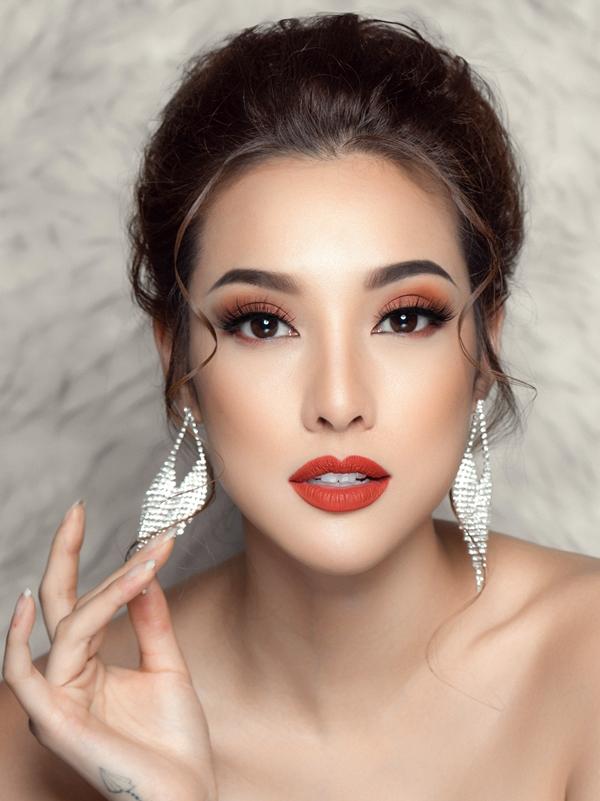 Lily Nguyễn chọn màu mắt cam