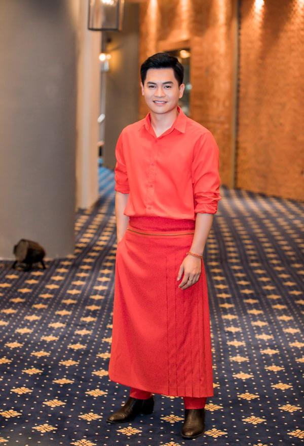 Mẫu váy quấn quanh quần của chuyên gia trang điểm Nam Trung khiến người đối diện liên tưởng tới chiếc tạp dề.