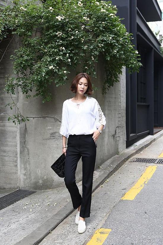 Set đồ trắng đen sẽ bớt nhàm chán khi được phối cùng giầy thể thao đế bệt thay vì các mẫu cao gót quen thuộc.