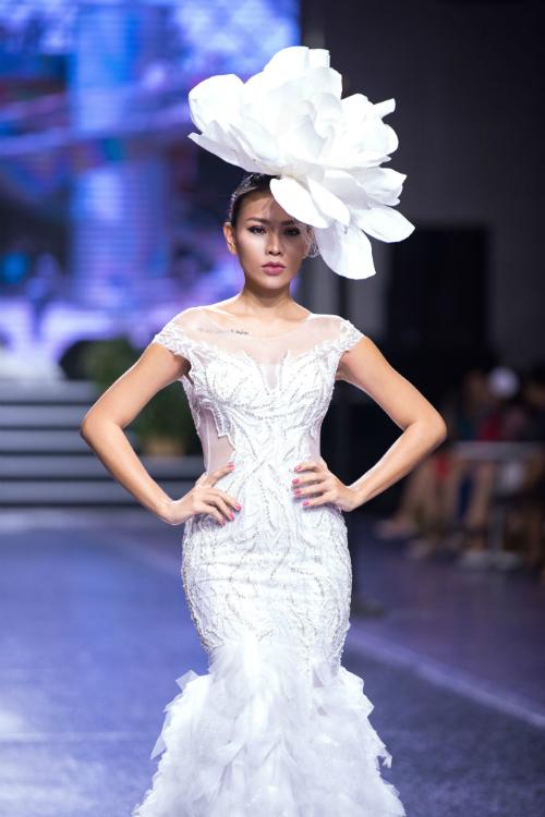 Váy cưới đôi cá góp phần tôn dáng cô dâu đồng thời phần đuôi được đính vải voan tạo điểm nhấn phá cách.