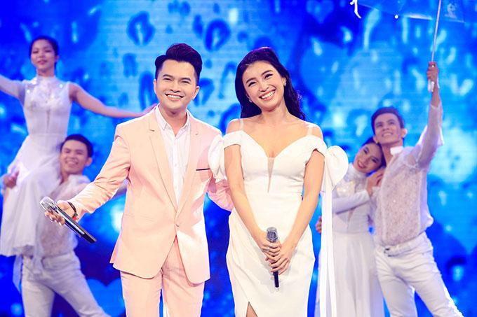 Ca sĩ Nam Cường và Tiêu Châu Như Quỳnh mang đến không khí trẻ trung với màn song ca Cơn mưa tình yêu.