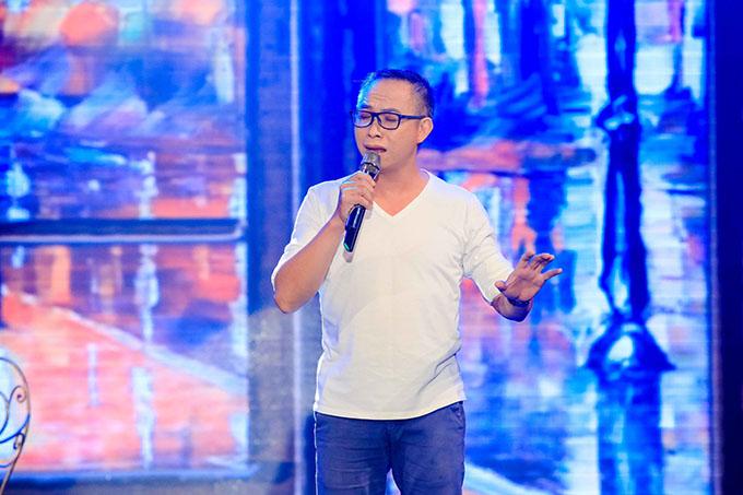Nhiếp ảnh gia Phạm Hoài Nam gây bất ngờ khi thể hiện giọng ca ngọt ngào, trầm lắng qua ca khúc Tình ca phố của nhạc sĩ Quốc Bảo.