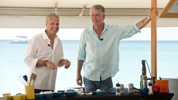 Anthony Bourdain và bạn thân, Eric Ripert, người đã phát hiện ra cái chết của ông. Ảnh: Cayman Villas.