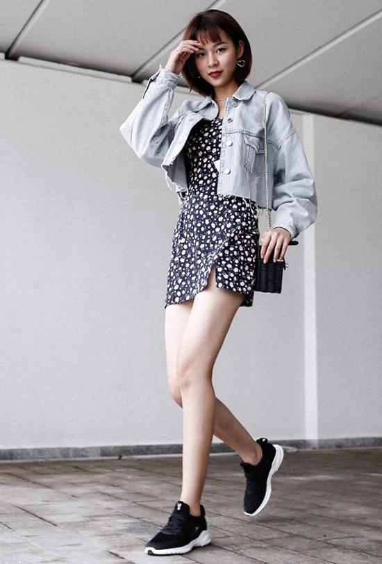 Phí Phương Anh khoe phong cách trẻ trung và khỏe khoắn khi phối váy liền thân dáng ngắn cùng giày thể thao, túi tren đan thủ công.