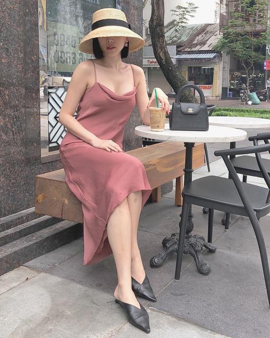 Vẫn đi theo phong cách gợi cảm nhưng Tóc Tiên lại chọn váy và phụ kiện đậm chất bánh bèo. Váy lụa hai dây kết hợp cùng giày mules, mũ nan và túi Chanel kiểu dáng cổ điển.