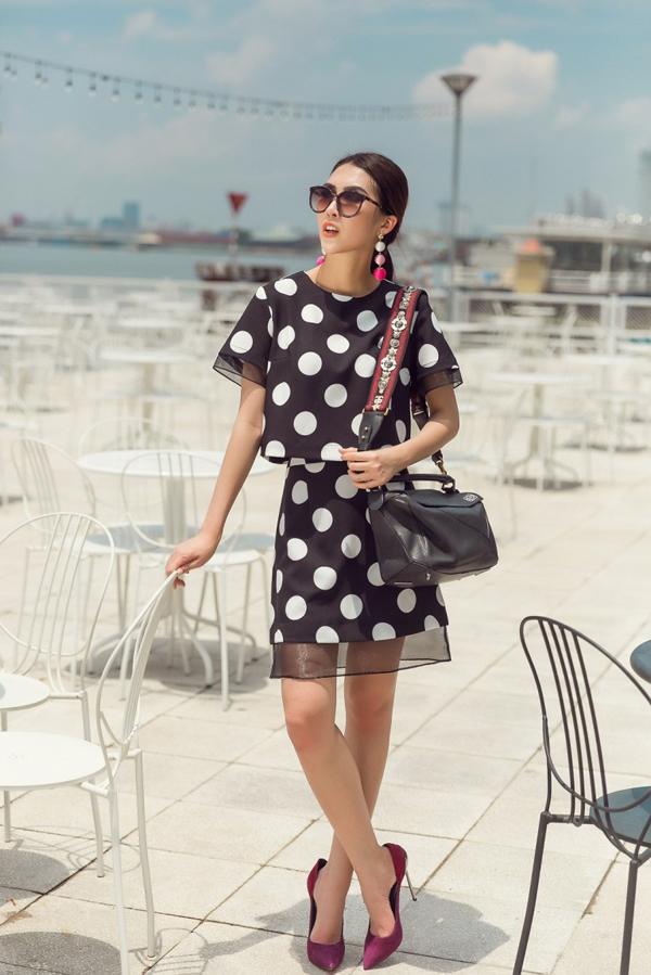 Đi đôi với chất liệu lụa nhân tạo là các kiểu váy áo phom dáng rộng nhằm mang lại sự thoái mái cho người mặc.