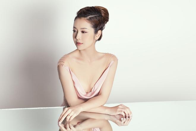 Bộ ảnh được thực hiện với sự hỗ trợ của Makeup: Dũng Phan, Hair: Trâm Anh, Tom Nguyễn, Dress: Hoàng Hải, Stylist: Tân Đà Lạt.