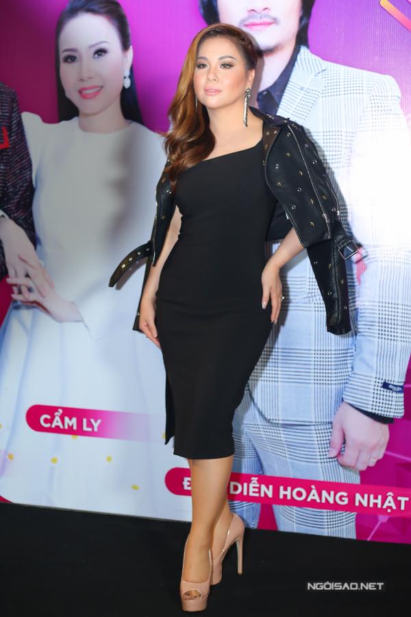 Ca sĩ Minh Tuyết khoe đường cong với váy ôm sát.