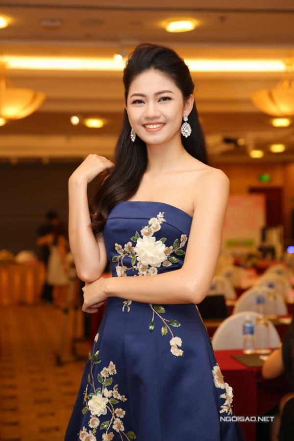 Á hậu Thanh Tú khoe vai trần tại sự kiện.