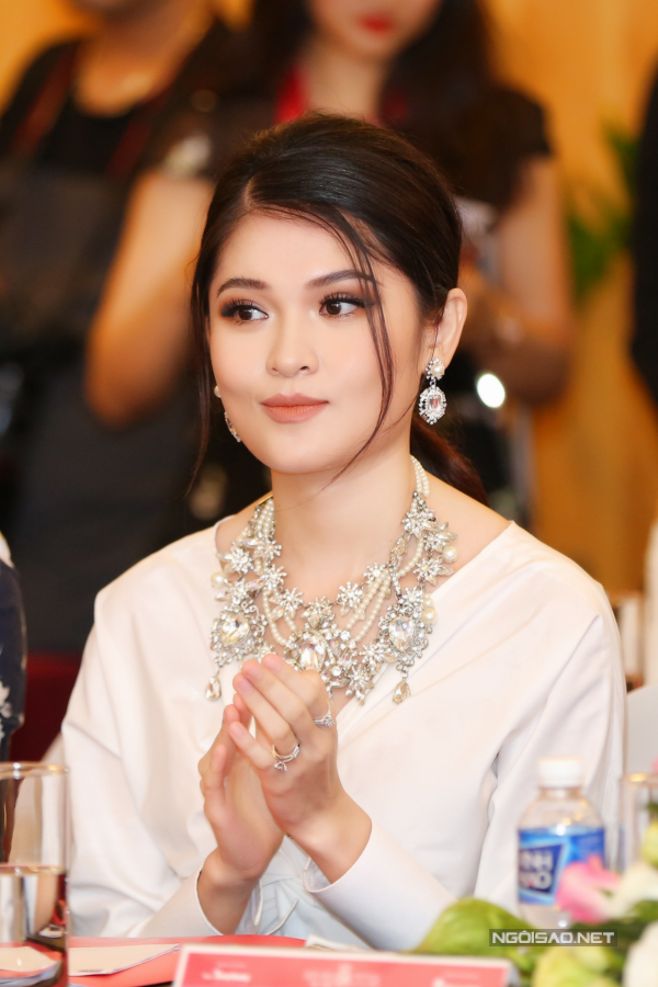 Á hậu Thùy Dung đeo nhẫn kim cương và trang sức vòng cổ to bản để tăng thêm phần nổi bật cho ngoại hình.