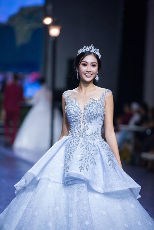 Váy cưới ngày nay không còn gò bó trong sắc trắng truyền thống và đem đến cho cô dâu nhiều lựa chọn hơn về trang phục trong ngày trọng đại. Đối với tiệc cưới diễn ra vào mùa hè, cô dâu có thể chọn cho mình váy cưới tông màu lạnh như xanh ngọc. Mẫu váy bồng công chúa hai tầng được đính hạt cườm ánh kim lấp lánh sẽ đem đến nét hiện đại, thanh lịch cho người mặc.