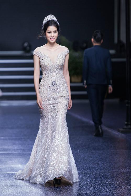 Một chiếc váy đuôi cá được phủ thêu, đính cườmcầu kỳ giúp bạn trông sang trọng hơn. Chiếc váy với phom dáng nàysẽ ôm khít 3 vòng quyến rũ và phù hợp với những cô nàng có body chuẩn.
