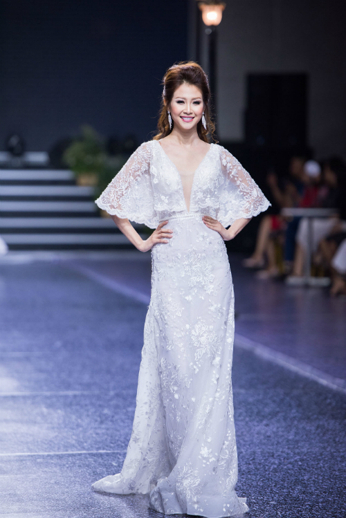3. Mẫu váy chữ A: Cô dâu trông thật xinh đẹp với mẫu váy chữ A có tay choàng. Các họa tiết hoa được thêu trên thân váy làm giúp tăngnét cổ điển và dịu dàng cho tân nương.