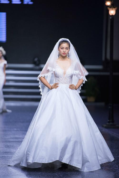 Sắc trắng tinh khôi của bộ váy bồng công chúa kết hợp voan cài đầu có thể khiến các nàng dâu mới xiêu lòng ngay từ những giây phút đầu.