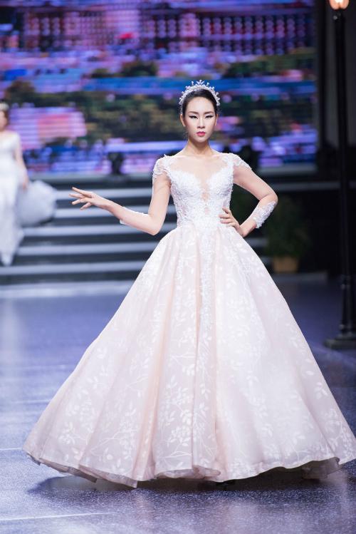 2. Váy bồng công chúa:Không giống những mẫu váy đuôi cá kiêu kì, sang chảnh, kén dáng người mặc, váy bồng công chúa được lòng đa số cô dâu vì mức độ phổ biến của chúng. Phần đuôi váy in hoa trắng khá độc đáo.