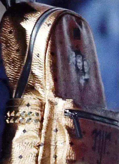 Trên chiếc balo được thiết kế riêng cho tiền đạo 26 tuổi của PSG là hình ảnh bố, mẹ, chị gái và con trai anh.