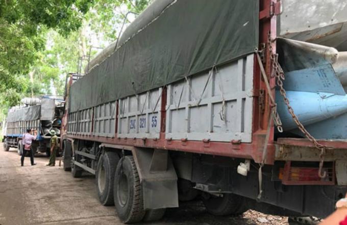 Hai xe tải bị công an tạm giữ. Ảnh: Sơn Định