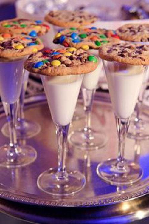 Hoặc bạn có thể mờinhững em bébánh quy sô cô la chip sắc màuvà sữa tươi, những thứ vốn là món ăn ưa thích của trẻ con.