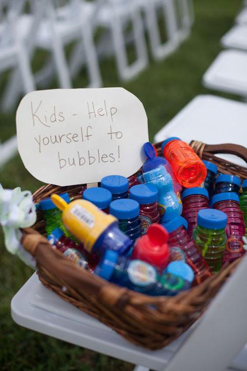 Hoặc một giỏ đựng đầy ống thổi bong bóng không chỉ giúp trẻ vui đùa mà còn mang lại sắc màu cổ tích cho lễ cưới của hai bạn.